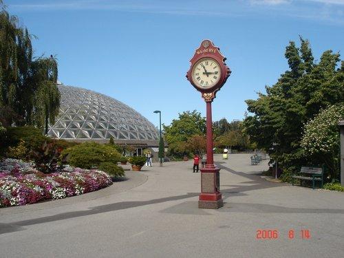 Ванкувер. Часы перед оранжереей.