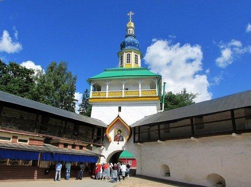 Петровская башня Псково-Печерского монастыря