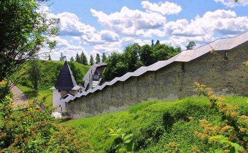 У стен Псково-Печерского монастыря