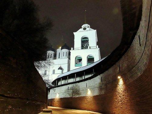Вечером в Псковском Кремле