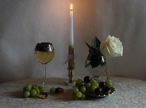 с горящей свечей