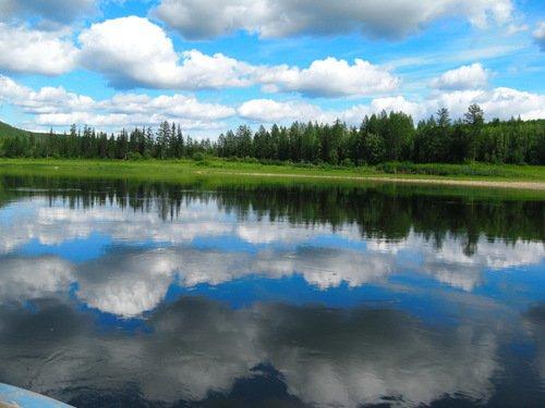 облака купаются в реке