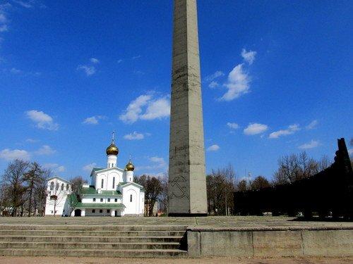 Церковь и стелла во Пскове